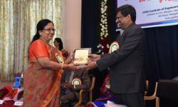 Dr. Sumithra Devi K A, Principal, GSSSIETW, handing over the momento to Special Guest of Honor Hon'ble Vice Chancellor Dr. Karisiddappa as a token of gratitude