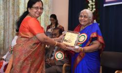 Dr. Sumithra Devi K A, Principal, GSSSIETW, handing over the momento to Hon. Secretary Vanaja B Pandit as a token of gratitude